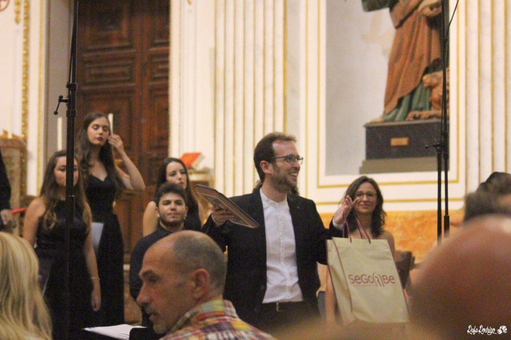 Nuestro director recibiendo un obsequio al finalizar el concierto.
