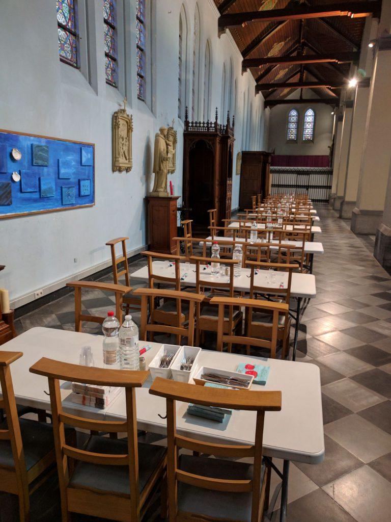 Mesas preparadas para la comida en Gante